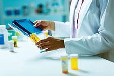 Imagen de una farmacéutica trabajando con medicamentos