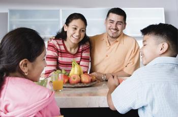 Una familia latina mirando fotografías y conversando