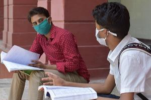 students at college wearing masks during the COVID-19 pandemic